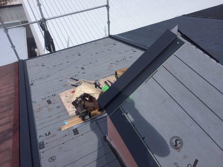 防水シート(ルーフィング)の貼り付け