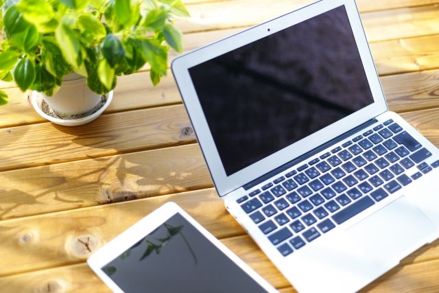 机の上のパソコンとタブレット