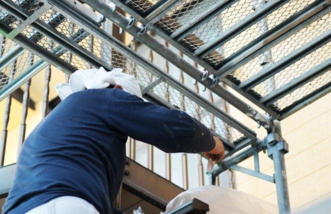 外壁塗装工事の準備をする職人
