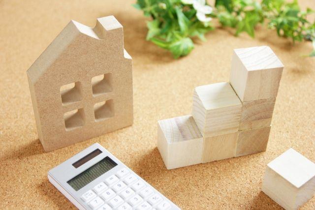 木製の家と電卓