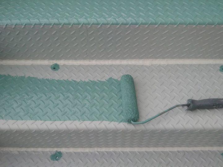 外壁塗装 階段踏み板 上塗り1回目